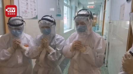 三名抗疫一线护士隔离病房过生日 同事隔着玻璃窗唱歌曲 网友: 感动哭