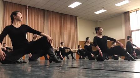 北京舞蹈学院蒙古舞硬肩组合,欢快灵动整齐划一,还是专业的好看