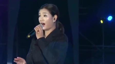 降央卓玛在雨中献唱一首《草原夜色美》,歌声浑厚有力,好听!