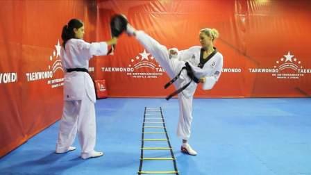 国外专业的跆拳道训练,动作丰富、整齐划一!