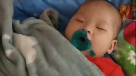7个月的宝宝正在睡觉,当妈妈掀开被子时,被眼前的一幕给笑翻了