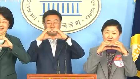 """韩国新冠肺炎对策委员会会长:用""""比心""""代替握手 避免病毒传播"""