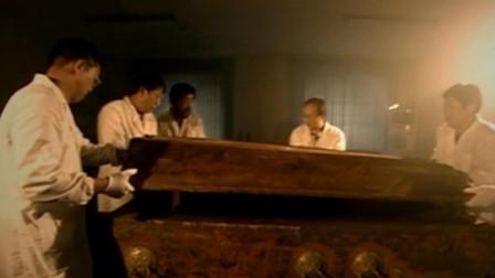 内蒙古通辽特大发现,开矿挖出血色棺材,出土神秘女尸吓坏专家