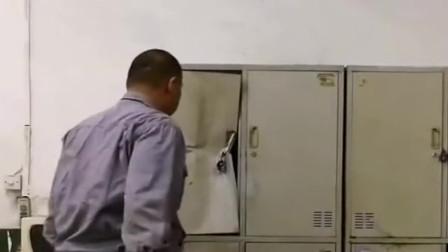 大哥太暴躁了吧,柜子打不开时不想办法,却直接一拳给打扁了!