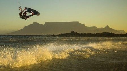 大空气风筝冲浪在岬镇--红色公牛国王的的空气