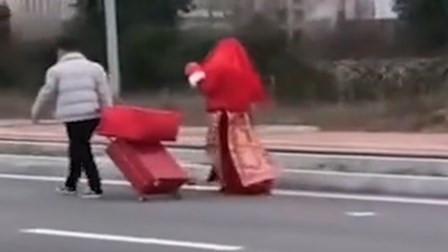 新郎戴口罩独自接亲 新娘批盖头拖嫁妆双双步行返家