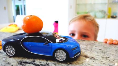 萌娃小可爱可真是厉害呢!小家伙用魔法棒把弟弟和玩具车一起变得好小呀!