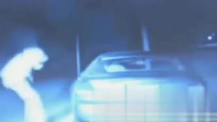 灵异事件:监控拍到一辆车突然停下,随之路人离奇化成一股烟,是出现幻觉吗
