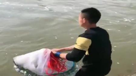 村里的大水库开闸放水了,小伙赶紧抓住这个机会来捕鱼,结果还真有收获!