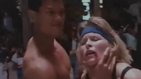 壮男横扫擂台,女拳击手愤怒上台,被击败后强吻!
