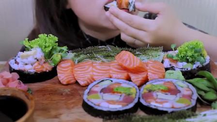 吃货小姐姐:小姐姐今天吃生三文鱼、巨型寿司卷,发出的咀嚼声,真馋人