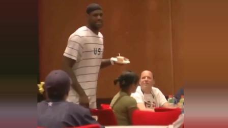 08奥运会时詹姆斯带头为科比庆生 并领唱生日歌&送蛋糕