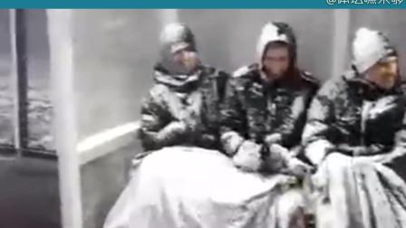 地球最冷比赛冻傻球员,替补席三将变雪人