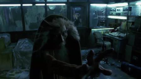 武林高手被人在地下水道挖出来,伸手使出吸星,将男子寿命吸干