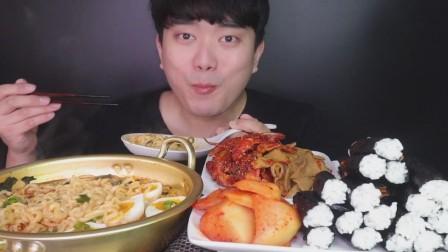韩国吃播小哥,吃方便面、紫菜饭卷、鱼饼、泡菜,大口吃得特别香