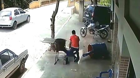 电焊男子险些被死神带走,监控拍下悲剧一刻