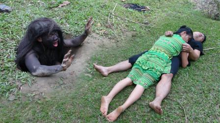 """夫妻俩林间休息,突然出现""""原始人"""",吓得两人撒腿就跑!"""