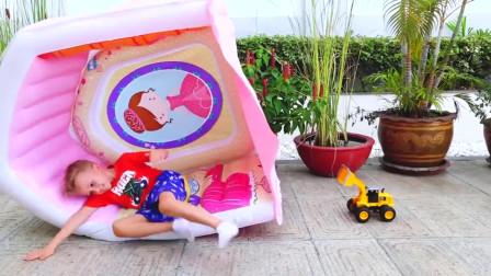 超搞笑萌娃小可爱用魔法棒把弟弟变到玩具小汽车里面了小家伙真是顽皮呀