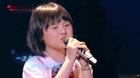 达人秀:乡下女娃献唱一首歌曲,引起全场人的共鸣,嗓音太轻灵了