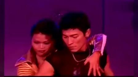 粤语经典老歌,刘德华现场版《假装》,展现超强巨星风采