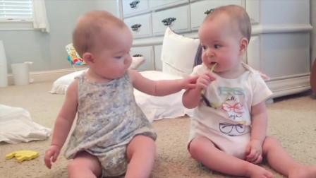 双胞胎宝宝搞事情,能动手就别吵吵,妈妈好想笑