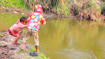 哥哥弟弟一起去田边钓鱼,大鱼上钩了,看看他们是怎么拉上岸的?