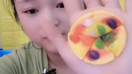 萌姐吃播:迷你小披萨软糖,甜甜的,有没有你们喜欢的味道