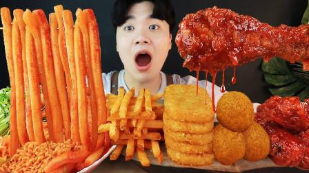 韩国吃货小哥,吃辣炒年糕、炸鸡、芝士球、土豆饼,吃得真馋人啊