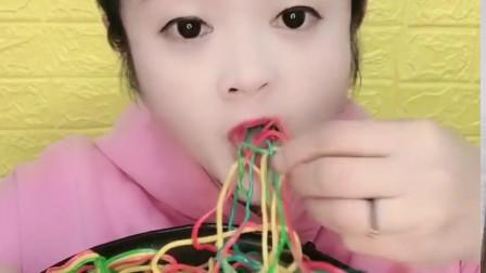 网红小姐姐直播吃彩绳软糖,看着就喜爱,一口甜脆是我小时候的最爱