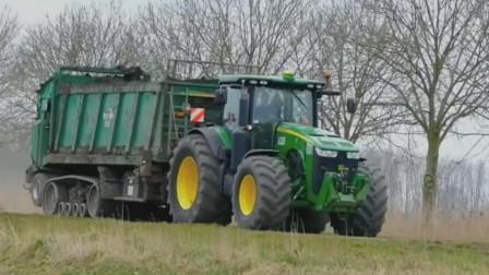 履带式车厢好霸气的重型拖拉机组合,在农田中抛撒有机肥