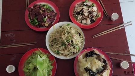 正月十五闹元宵农村小伙自家炒了五个菜自斟自饮过佳节
