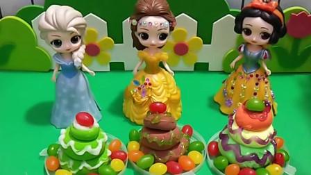 白雪贝尔和艾莎做蛋糕,有好多的糖果呀,把这些糖果都装饰了蛋糕