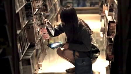 漂亮女孩意外发现音像店竟然有自己的特殊片子,吓坏了!