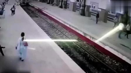 火车站中监控拍到这种可怕的画面
