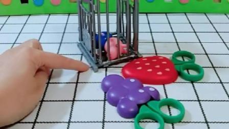 乔治太爱吃糖了,猪妈妈给他关起来了,结果猪爸爸还来给他送糖吃