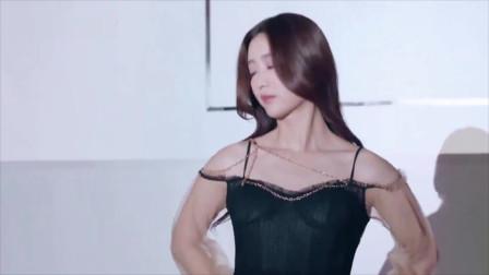 《前方高能》美女冠军夜走秀,不料带子突然脱落,好尴尬!