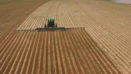 这样除草才给力,重型拖拉机携带除草设备快速农田除草