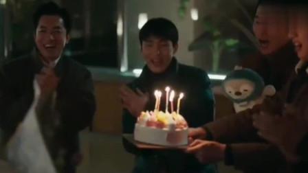 爱的迫降:孙艺珍过生日,玄彬选了一个特别老气的蛋糕被嫌弃