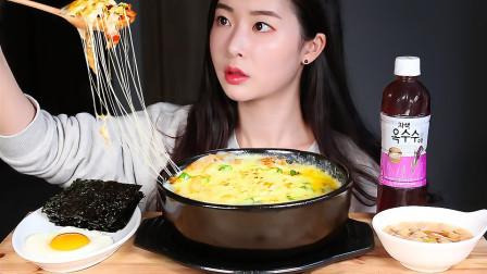 """韩国吃播:""""金枪鱼芝士饭+煎蛋+紫菜"""",看着挺诱人,吃得真精致"""