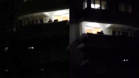 在家无聊,有人在小区阳台上开启演唱会,网友:太会玩了!