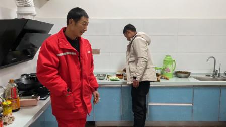 小伙和老丈人吃饭吃不到一起,今天自己做小锅饭,做好看着真馋人