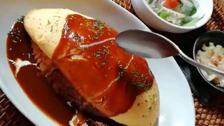 网红餐厅的蛋包饭,上面浇了很多番茄酱,不知道吃起来味道怎么样!