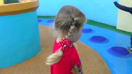 超开心!萌娃小可爱和爸爸来到了儿童乐园,是什么项目让他们这么开心!
