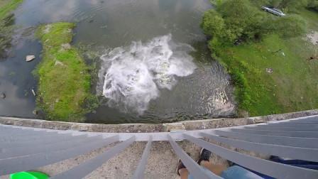 200斤干冰倒进河里会怎样?小伙大胆试验,可怜了河里的鱼!