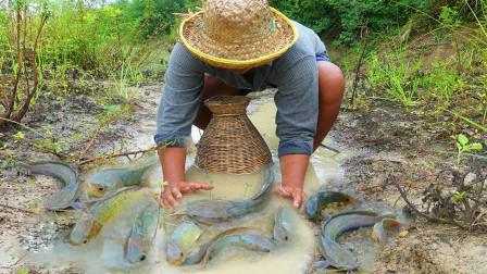 大雨过后,大哥田边水渠里搞野,大鱼小鱼抓了一条又一条,真过瘾!
