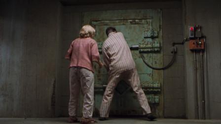 丈夫为了躲避战争,带着妻子儿子躲地下室,出来变成富翁!