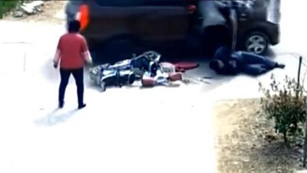 电动车老人被汽车刮倒,接下来的一幕才是噩梦的开始