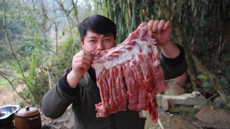 农村小哥200块买五斤排骨炖汤 ,疫情再紧张也要吃过瘾,我看饿了