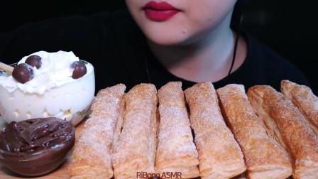 吃货小姐姐:小姐姐吃播膨化糕点棒,蘸着鲜奶油、小坚果,发出的咀嚼声