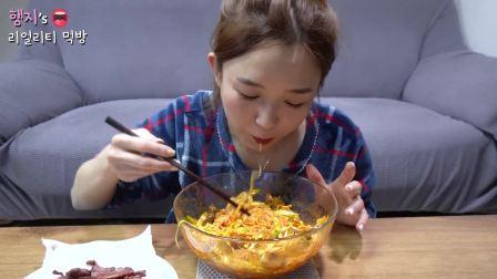 韩国吃播 美食吃货Hamzy 泥蚶拌面和烤熏鸭肉
